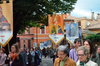 La processione con gli stendardi dei Santi