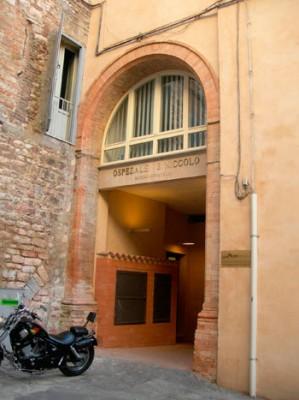 L'ingresso del Fatebenefratelli nei pressi del centro di Perugia