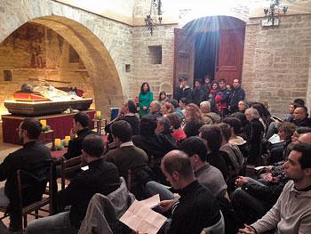 Fedeli durante la veglia animata da seminaristi e giovani