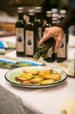 Un classico dei Frantoi Aperti: la degustazione di bruschette (Foto di Pierpaolo Metelli)