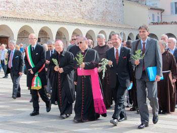 Il momento del pellegrinaggio con il sindaco Claudio Ricci, mons. Domenico Sorrentino, Fouad Twal, David Rosen, Ejaz Ahmad in prima fila