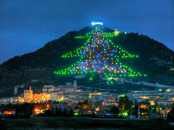 L'Albero di Natale più grande del mondo illumina il monte Ingino e la città di Gubbio