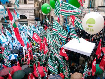Bandiere e manifestanti in una protesta congiunta di Cgil, Cisl e Uil