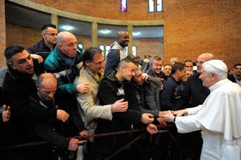 Benedetto XVI visita la casa circondariale di Rebibbia nel dicembre 2011