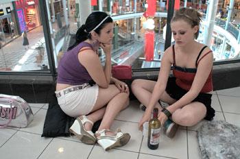 """Una scena del film """"Mall girls"""" dove ragazze adolescenti si prostituiscono in cambio di cellulari e vestiti"""