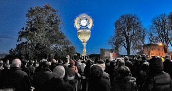 Un momento dell'inaugurazione del Calice monumentale Eucaristico in Piazza Cahen (foto M. A. Pioli)