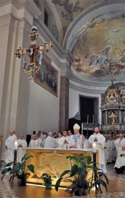 Mons. Vecchi durante una celebrazione eucaristica