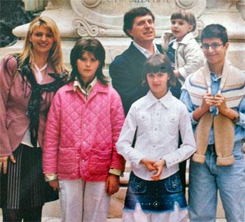 Maria Rita e Gianluca Carloni con i figli in una foto di alcuni anni fa