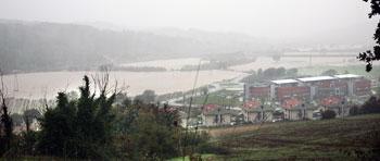 Il fiume Chiascio esondato nei pressi dell'ospedale di Branca a Gubbio (foto Gavirati)