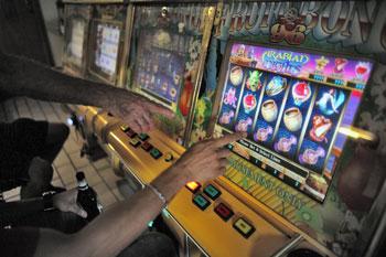 slot-machine-gioco-azzardo-ludopatia-mani