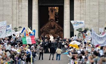 Papa Francesco accolto dai giovani a Santa Maria degli Angeli  durante la visita pastorale ad Assisi il 4 ottobre 2013