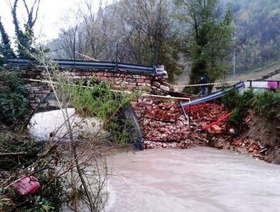 Un ponte travolto dall'acqua a Isola Fossara,  Scheggia