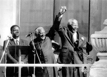 Nelson Mandela (a dx) celebra con l'arcivescovo Desmond Tutu la vittoria alle presidenziali del 1994