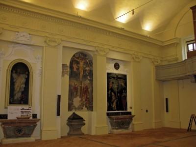 L'interno della chiesa: al centro il battistero e l'affresco rinvenuto durante i lavori di restauro