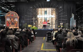 La celebrazione eucaristica presieduta da mons. Vecchi presso il Tubificio della Ast, sullo sfondo la grande croce in acciaio
