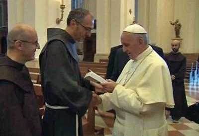 Padre Michelini dona il suo libro al Papa