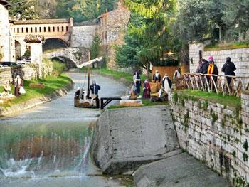 """La """"scana fluviale"""" del presepe a San Martino lungo il letto del torrente Camignano"""
