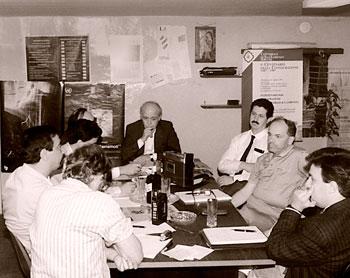 Nella foto una delle prime riunioni di redazione agli inizi del 1984 nella prima sede di via della Gabbia a Perugia