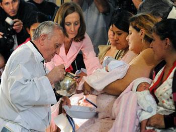 Un battesimo amministrato qualche anno fa dall'allora card. Bergoglio quando era arcivescovo di Buenos Aires