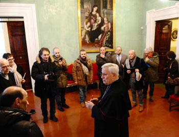 """L'arcivescovo mons. Gualtiero Bassetti domenica pomeriggio parla con i giornalisti della """"grande sorpresa"""""""