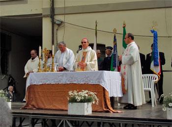 Mons. Luigi Lupini e mons. Mario Ceccobelli durante una celebrazione