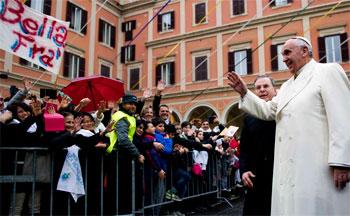 Fedeli accolgono Papa Francesco in visita alla basilica del Sacro Cuore in via Marsala