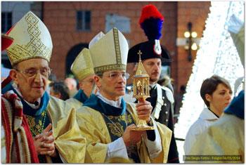 Mons. Chiaretti e il vescovo Sigismondi che tiene la reliquia della santa in processione verso la cattedrale (Foto Sergio Fortini)