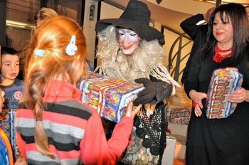 """Un momento della festa con la """"Befana"""" che consegna regali e dolci ai più piccoli"""