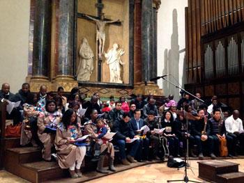 Il coro internazionale che ha animato la liturgia