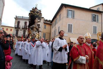 La processione con la statua del Santo (Foto Studio Futura)