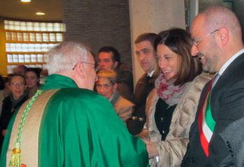 Mons. Bassetti (di spalle a sinistra) incontra le autorità civili e militari dell'Umbria