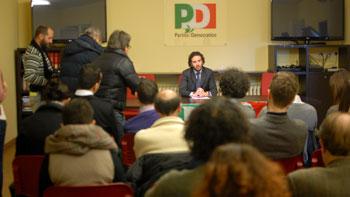 Il neo eletto segretario Giacomo Leonelli (al centro) durante una conferenza