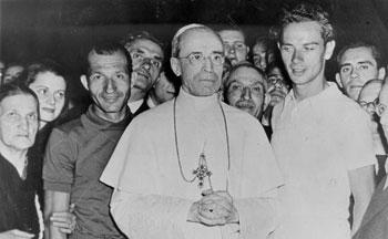 Pio XII con Gino Bartali (a sinistra) alla fine del Giro d'Italia del 1950