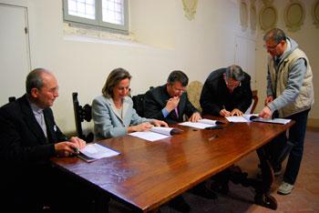 La firma per il Fondo di solidarietà tra Fondazione Cariperugia, Comune, Caritas e Cesvol