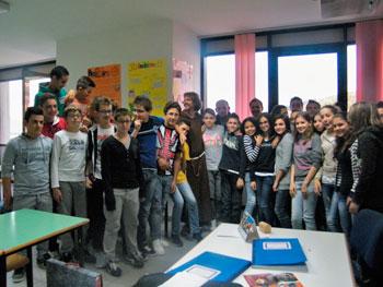 Gli studenti delle superiori con fra' Paolo Braghini durante un laboratorio