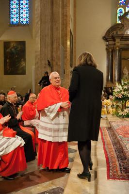 La Marini (di spalle) saluta il card. Bassetti