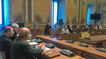 Mons. Vecchi (a sinistra) durante la conferenza stampa di presentazione degli Eventi valentiniani