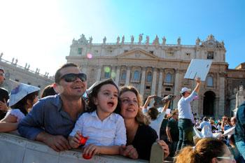 Una famiglia in piazza San Pietro durante l'incontro con Papa Francesco per la Giornata della famiglia