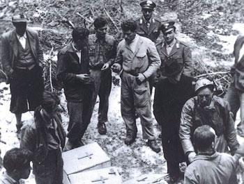 Operazioni di recupero dei resti delle vittime in una Foiba