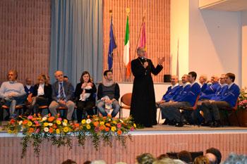 Il palco dell'evento con i partecipanti nel momento dell'intervento di mons. Boccardo