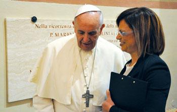 Papa Francesco con Francesca Di Maolo durante la visita all'Istituto Serafico di Assisi