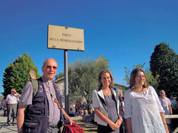 Mons. Mario Ceccobelli con Maria Luisa D'Alessandro e Catiuscia Marini il giorno dell'inaugurazione