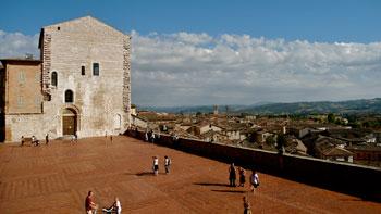 """Piazza Grande delimitata dal """"muretto"""" che si affaccia sulla città di Gubbio"""