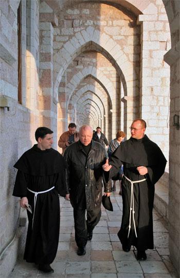 Mikhail Gorbaciov, accompagnato da padre Enzo Fortunato (a sinistra) durante la visita al Sacro Convento di Assisi il 15 marzo del 2008