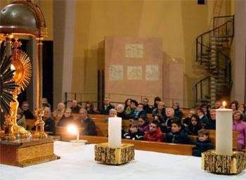 Preghiera nella chiesa di Trestina durante la settimana eucaristica