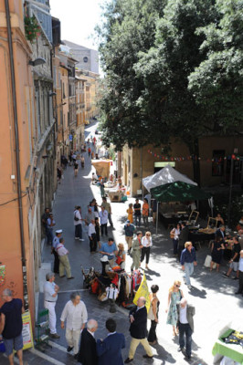Turisti, passanti e bancarelle in Corso Cavour