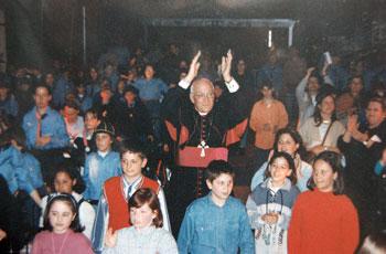 Mons. Franco Gualdrini durante un incontro con i giovani della diocesi