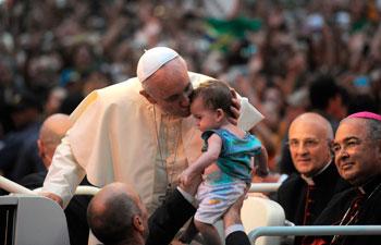 Rio-de-Janeiro,-22-luglio--Papa-Francesco-arriva-nella-città-carioca-dove-si-tiene-la-XXVIII-Gmg.-Il-saluto-ai-giovani-2