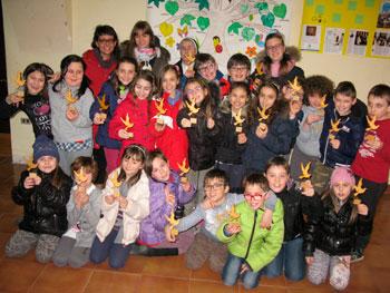 I bambini che si preparano alla prima confessione con in mano la colomba delle benedizioni