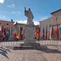 La statua di San Benedetto al centro dell'omonima piazza a Norcia